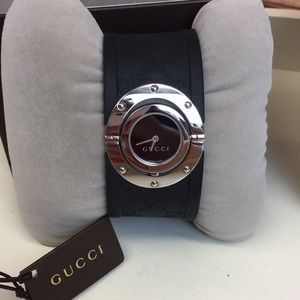 AUTH Black Gucci Logo Rubber Round Face Watch